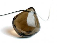 Бусина-лепесток огранённыйручной огранки. Камень натуральный-раух топаз(семейство кварцевых).Цвет-коричневый с золотистым оттенком,
