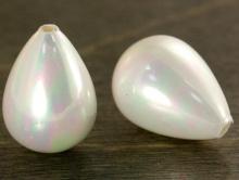 крупная бусина формы капля-майорика-имитация жемчуга,  Цвет-белый с легким розовато-голубым переливом,