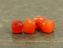 бусина огранённая формы кубик, камень-сердолик ручной огранки, цвет-сочный оранжевый, полупрозрачный,