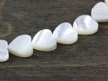 Бусины формы сердечка из натурального перламутра. Цвет-молочно-белый с перламутровым переливом.