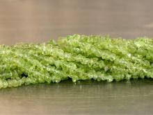 Ниточка бусин-крошка мелкая, камень-хризолит натуральный, цвет-зеленый яркий, (весенней зелени), размер средний по нити 4.5 мм