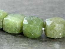 Бусина ограненная, форма-кубик, камень натуральный-нефрит, цвет зелёный приглушенный, неоднородный.