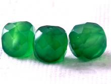 Бусина огранённая форма кубик, камень-хризопраз огранённый.