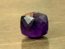 Камень-аметист натуральный, бусина  ограненная формы кубик, цвет-глубокий фиолетовый насыщенный, прозрачный на просвет, могут встречаться внутренние включения незначительные,