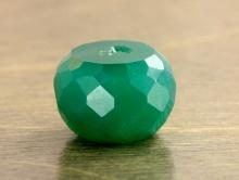 Камень–хризопраз, бусина рондель огранённая, цвет-сочный полупрозрачный, изумрудно-зеленый.