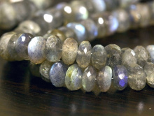 Бусина рондель, камень-натуральный лабрадорручной огранки.Цвет-серый с хорошим зелёно-голубым переливом.