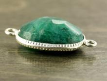 Коннектор серебряный с огранённой вставкой из корунда зелёного. Вставка-натуральный корунд зелёного, сочного цвета, овальной формы