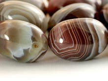 Бусина-галтовка, камень натуральный-агат, цвет-серо-коричневый с прожилками, форма самородка гладкого (галтовка  крупная).