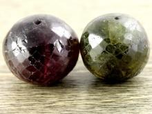 Бусина огранённая форма крупного шара, камень-турмалин натуральный. Цвет-зелёный, темно-малиновый, с природными включениями,
