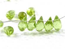 Бусина огранённая, камень-хризолит, натуральный, огранка в виде бриолета. Цвет-зеленый, яркий, чистый,