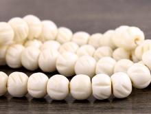 Бусины-распорки формы рондель, материал - кость натуральная, с вырезанным рисунком, цвет-белый (с кремовым оттенком).,