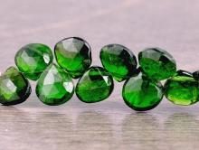 Бусина из натурального камня-природного хромдиопсида, форма равнобедренного лепестка огранёного. Средний размер бусины–8х8х3.5 мм. (интервал +-0.6 мм.)