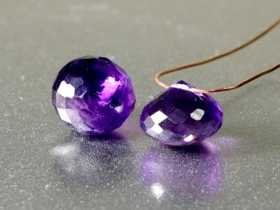 Камень натуральный-аметист ограненный, первосортный чистый, прозрачный. Бусина огранённая форма-луковка, цвет-насыщенный фиолетовый,