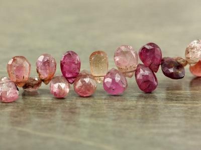 Бусина огранённая форма лепесток меньше среднего, камень-турмалин натуральный. Цвет-малиново-розовый тёплый (2 тона), с природными включениями,