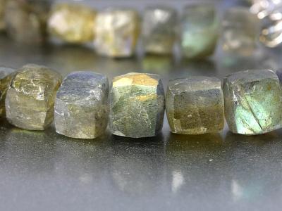 Лабрадор натуральный руч. огр.бусина формы ограненного кубика.