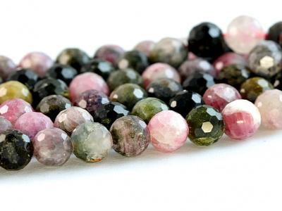 Нить бусин огранённых. Камень-турмалин натуральный, форма бусин-шарик огранённый.