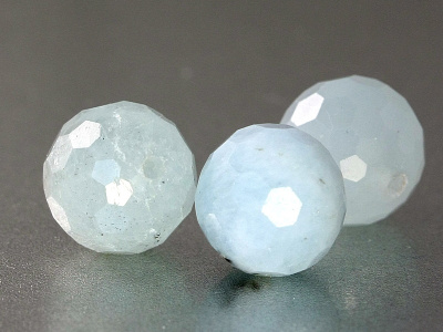 Берилловая бусина, форма-шарик круглый, камень натуральный- аквамарин (разновидность берилла). Цвет-полупрозрачный теплый голубой нежный