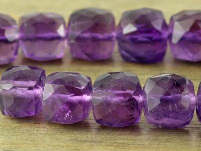 Камень-аметист натуральный, бусина  ограненная формы кубик,