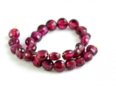 Нить бусин огранённых, камень-гранат натуральный (пироп), Цвет-красно-вишневый (ближе к цвету перезревшей вишни), прозрачный.