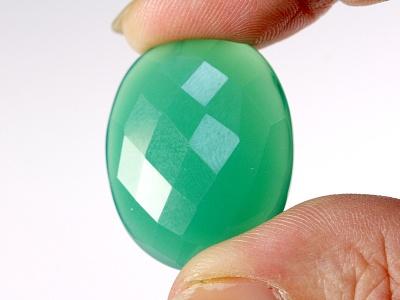 Кабошон, цвет изумрудно-зелёный, полупрозрачный, красиво будет смотреться в медной проволочной оправе.
