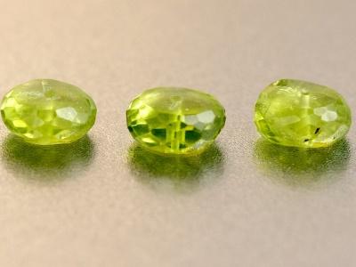 Бусина-рондель  ручной огранки, камень- натуральный хризолит, цвет-зеленый яркий, чистый (весенней зелени), размер: ш/в-7,5х3.5 мм.