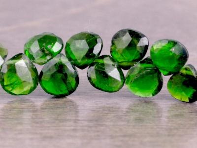 Бусина из натурального камня-природного хромдиопсида, форма равнобедренного лепестка огранённого. Средний размер бусины–8х8х3.5 мм.