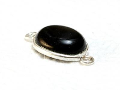 Коннектор серебряный с кабошоном из натурального оникса черного.Вставка-кабошон полированный, камень овальной формы, цвет угольно-черный